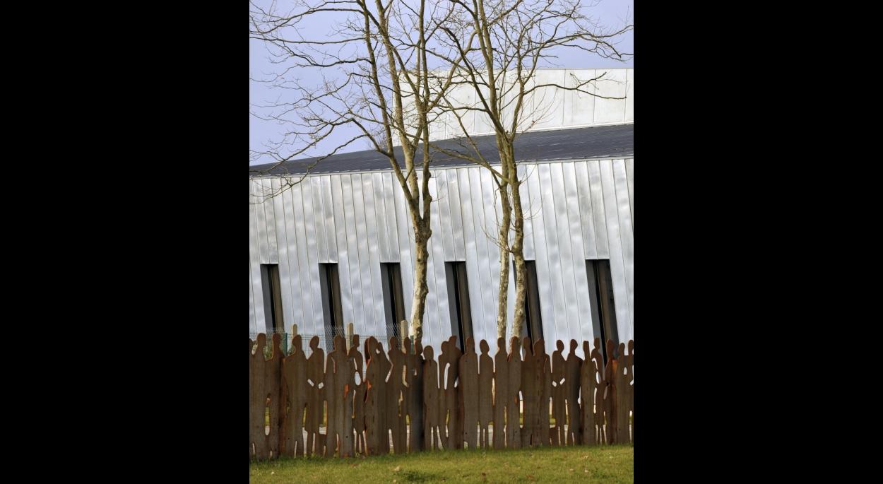 Une clôture en farandole, découpée au laser, conçue par Atelier du lieu et réalisée par le SEVE et ATAO, entreprise de réinsertion