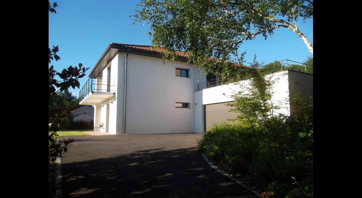 Un garage avec toiture terrasse bois