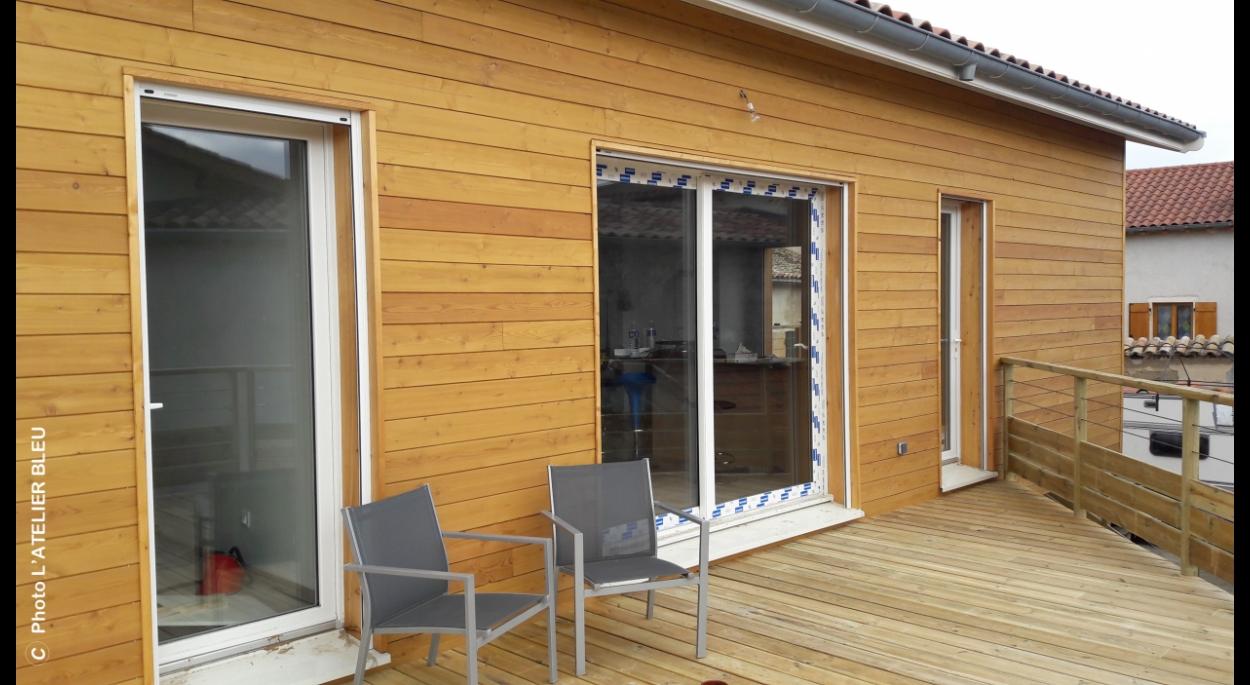 La terrasse bois dans le prolongement du salon