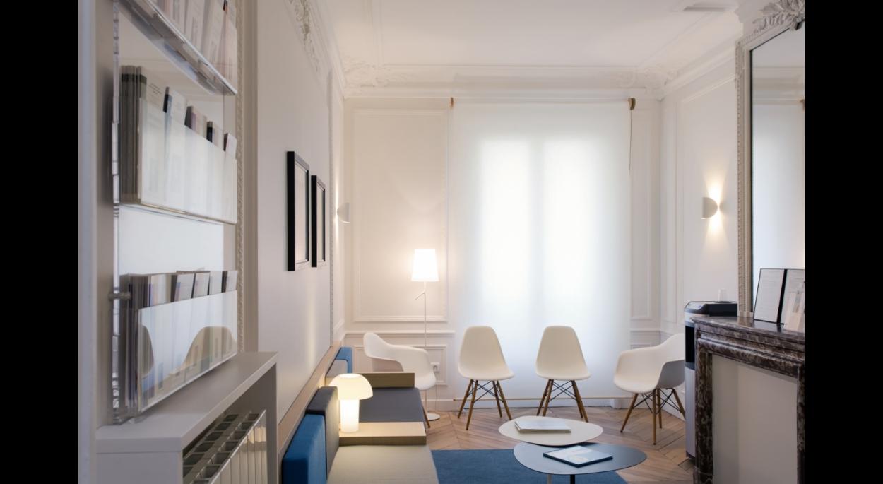 Salle d'attente, store diffusant, banquette et chaises design.