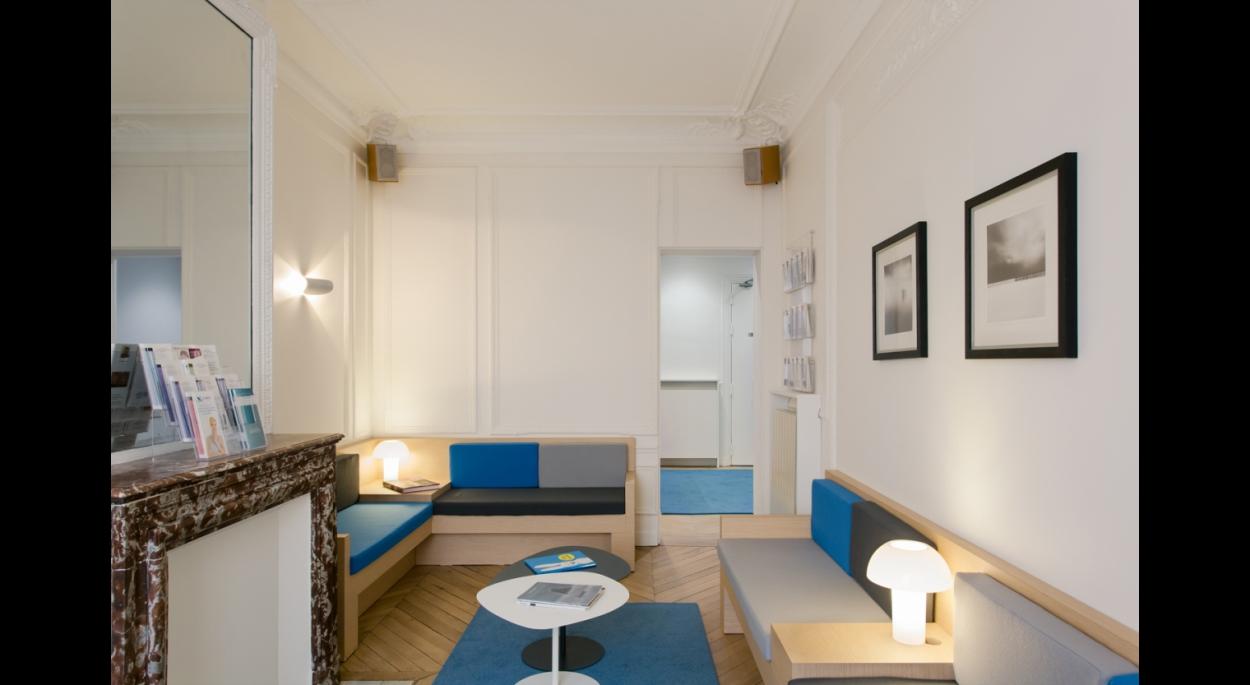Salle d'attente, grande banquette sur mesure, couleurs apaisantes, salon haussmannien.