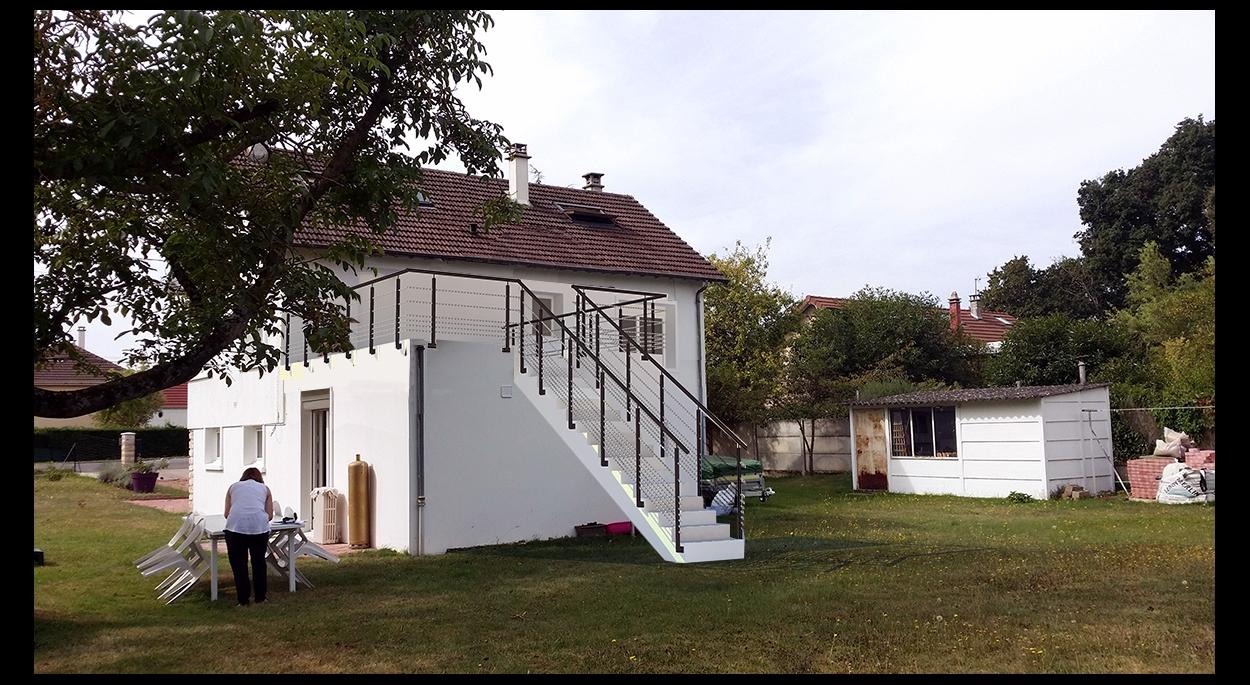 Réalisation d'une terrasse de 28m² sur le toit d'un garage//restructuration de l'étage de vie - venez voir la suite sur www.atelierbplus.fr !