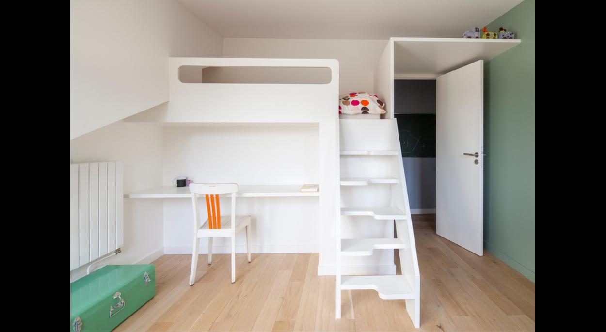 Chambre enfant crée avec lit mezzanine sur mesure intégrant lit + bureau + rangements / penderie enfants + rangements communs sur couloir + escalier à pas japonnais