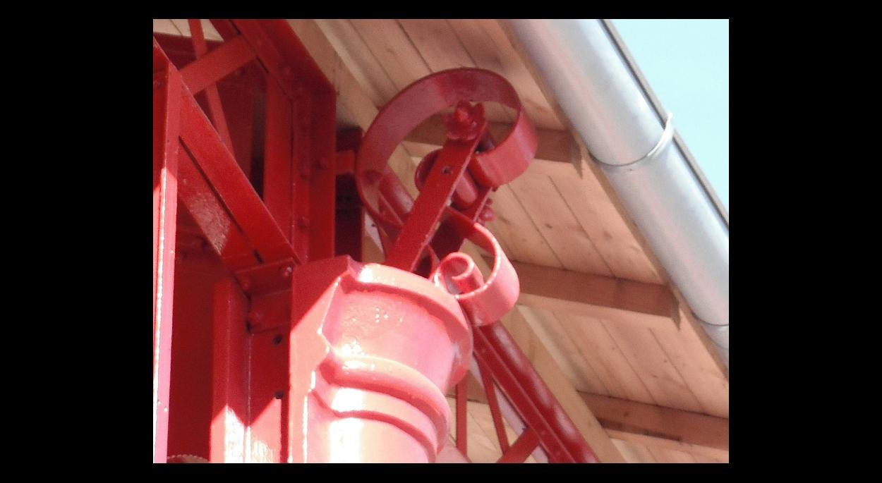 Détail des volutes en acier en tête des poteaux fonte