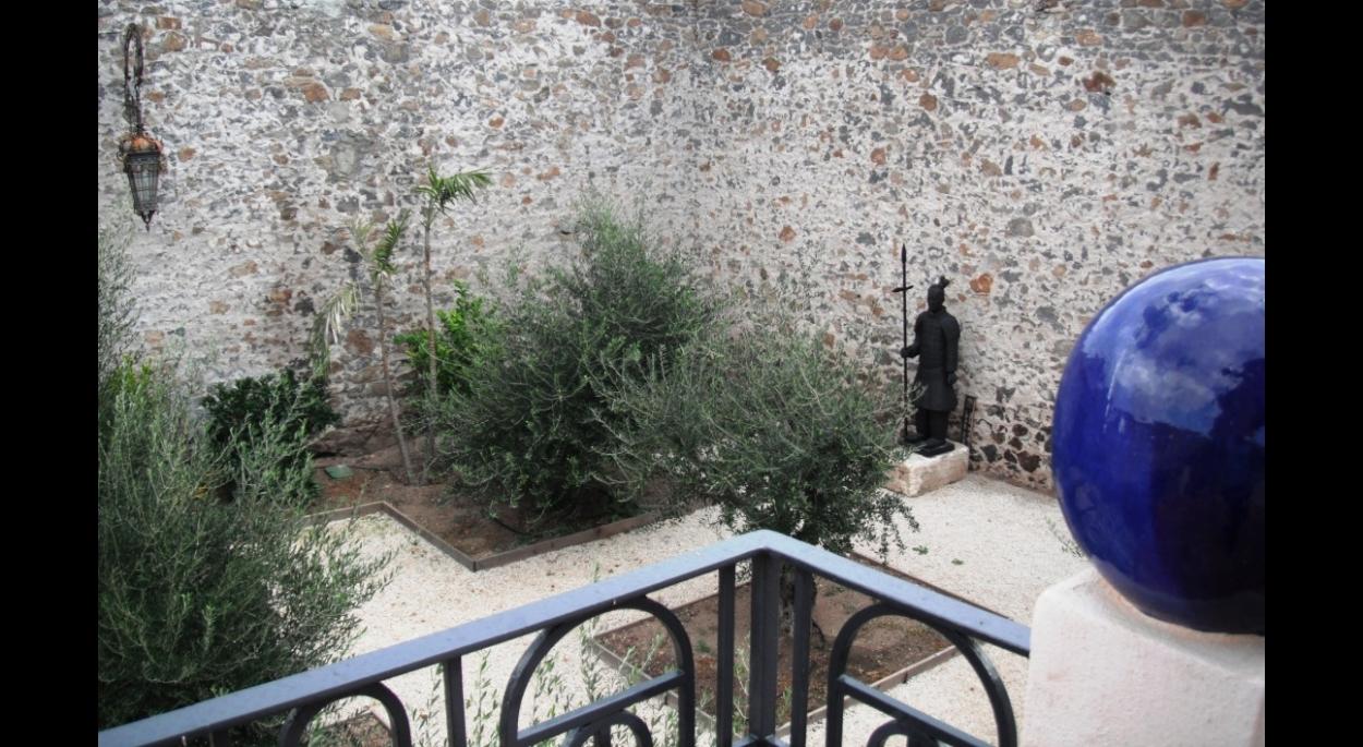 Un jardin d'oliviers et au loin un veilleur monte la garde ...