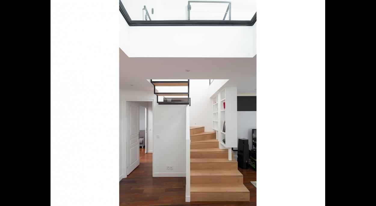 matesco architecture_escalier d'accès à la surélévation et plancher de verre