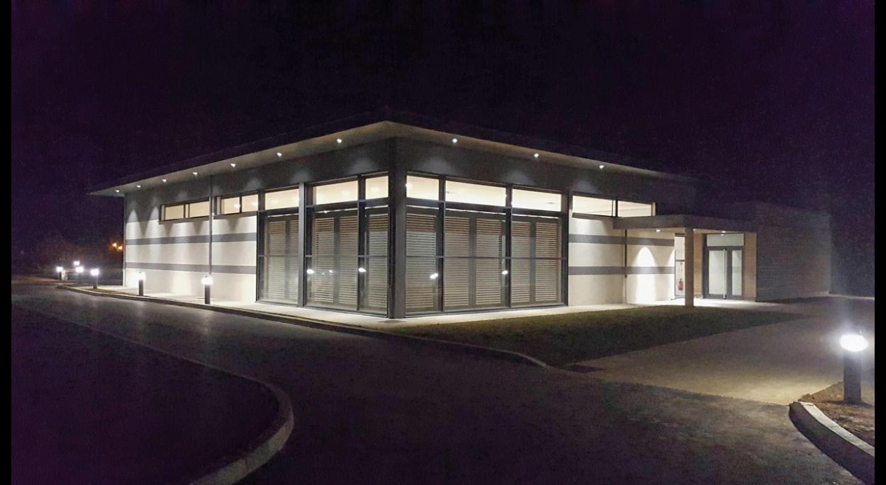 Un éclairage  permet aux piétons d'accéder à la salle sans difficultés en offrant une mise en valeur du bâtiment.