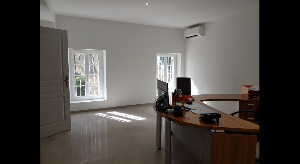 les bureaux lumineux et bien isolés offre espace et confort