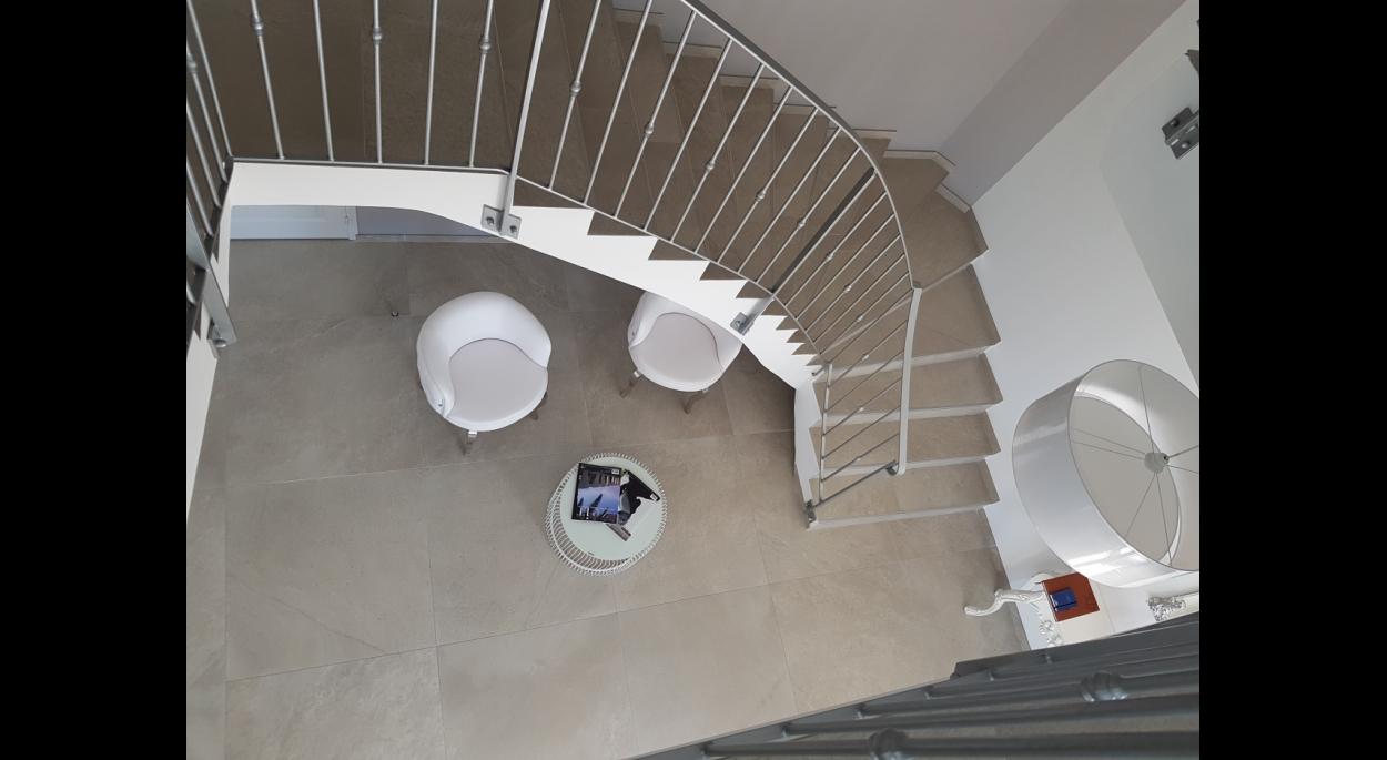 l'escalier colonne vertébrale du bâtiment mène de l'accueil aux bureaux