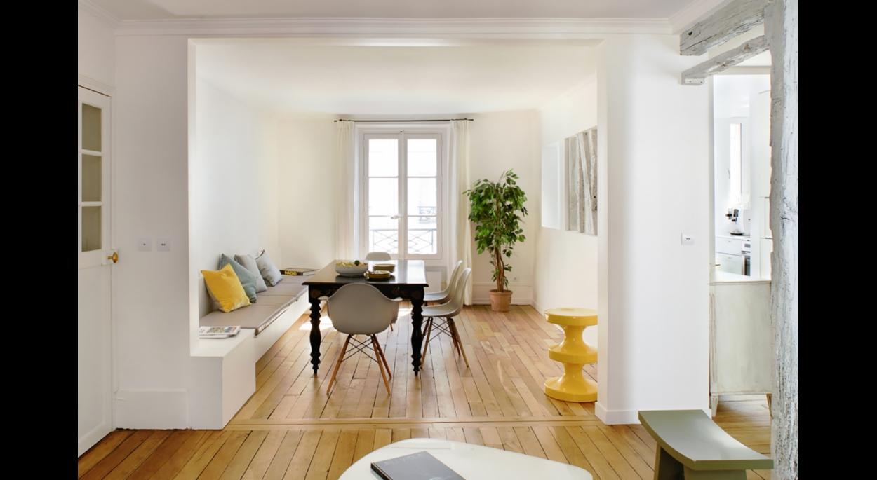 Espace dînatoire, situé au centre de l'appartement, communicant à la fois avec le salon et à la fois avec la cuisine, grâce à l'ouverture partielle de son mur.
