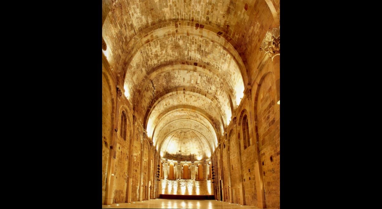 Intérieur de l'église, la plus large voute romane du Languedoc, après travaux.