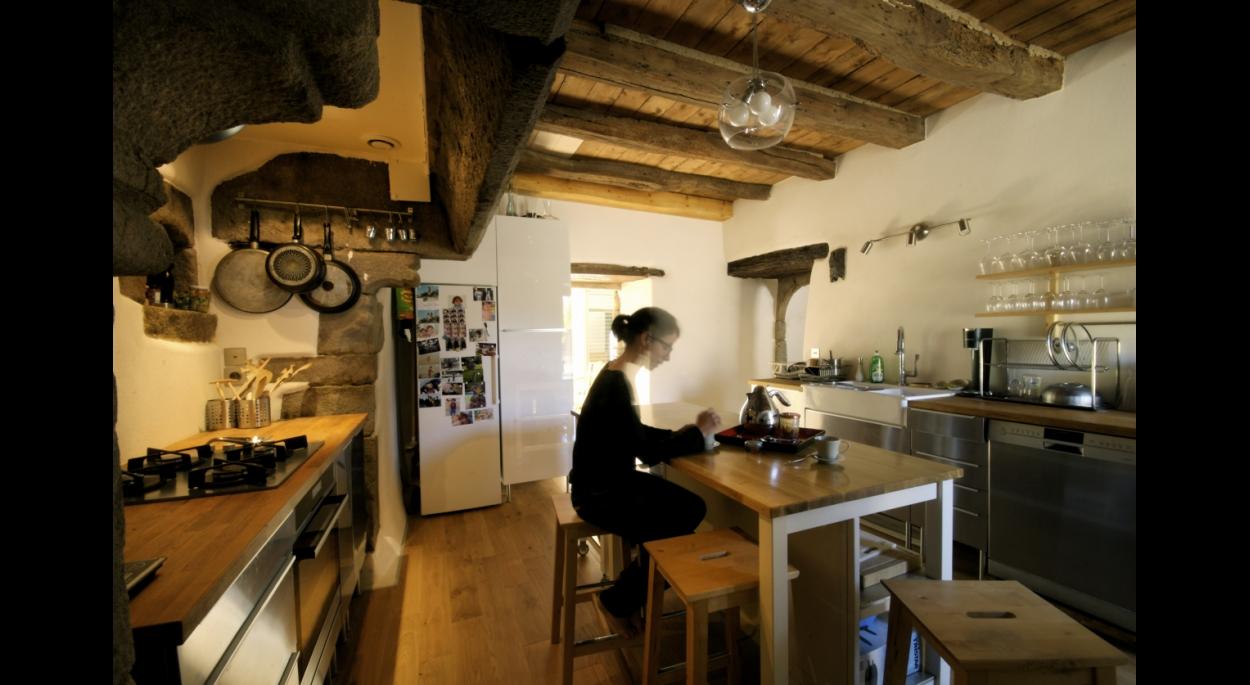 Cuisine sous cheminée manoir Keravel - B.HOUSSAIS Architecture