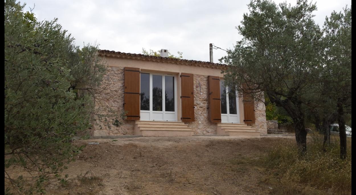 La façade ouverte sur le champs d'oliviers après travaux