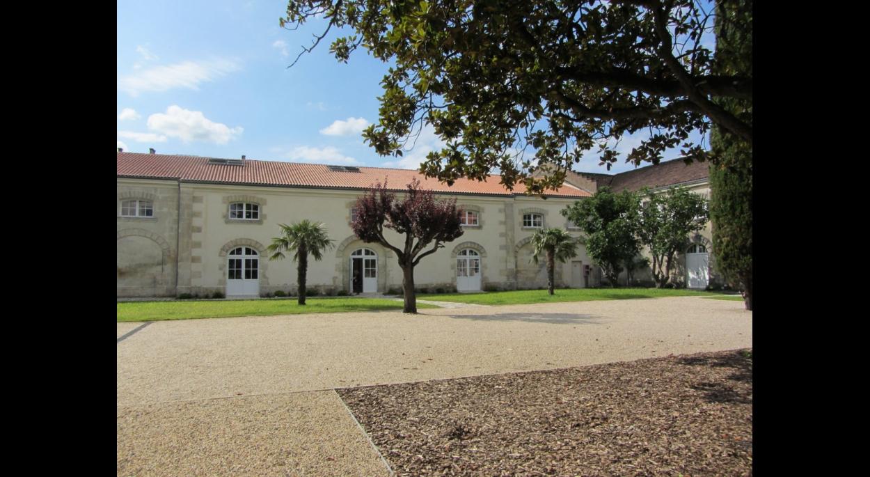 Le bâtiment du hall d'accueil et des bureaux vu du parc