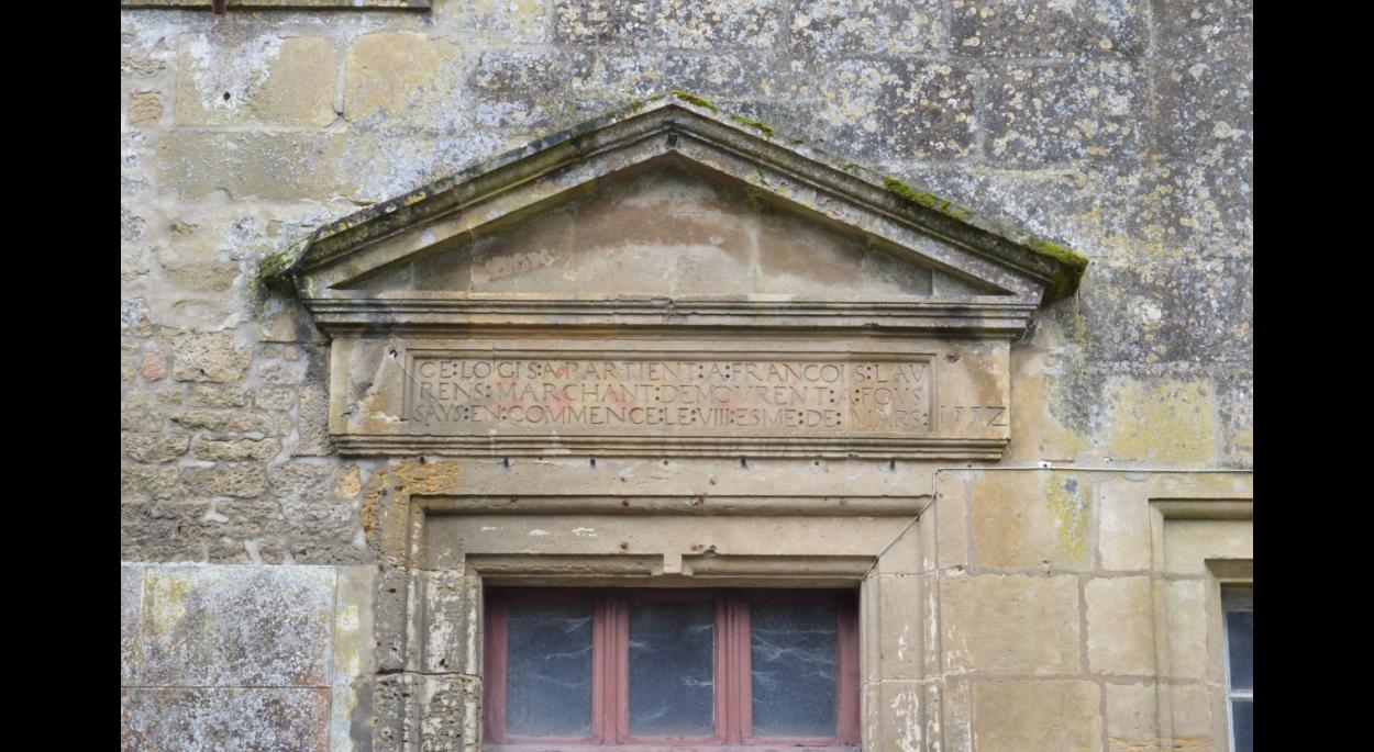 Le fronton portant la date de 1557