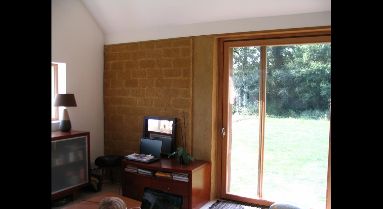 vue intérieure du mur trombe en briques de terre crue