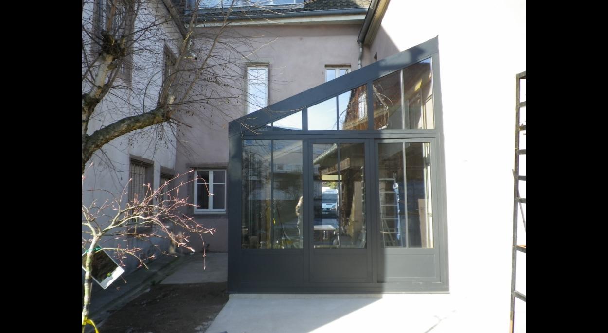Rénovation et extension d'une maisons de ville avec jardin d'hiver fenêtres style atelier BBC