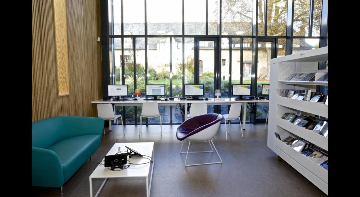 La bibliothèque s'inscrit dans le site dans un souci d'intégration et de visibilité