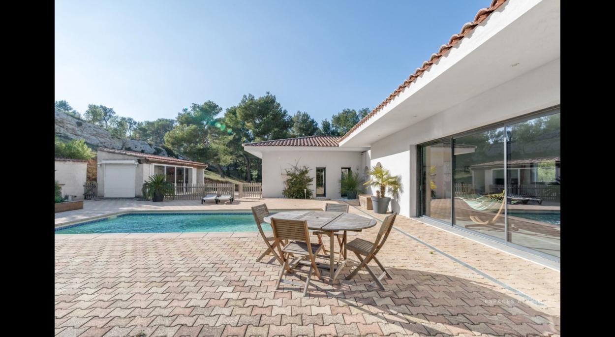 Villa architecte Ensues la redonne, cuisine vue sur la terrasse avec piscine