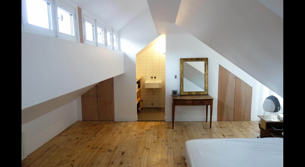 Chambre parentale sous les toits.
