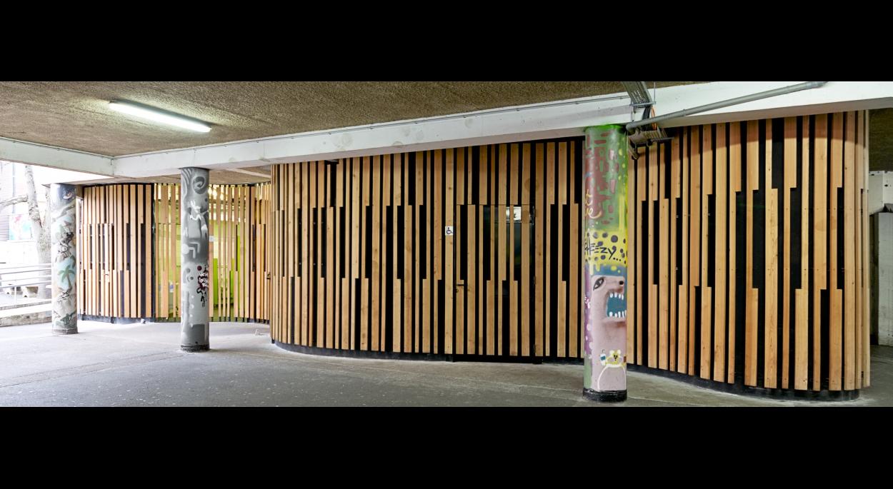 Entrée des sanitaires depuis la cour de récréation / Photos © Alessia Loi