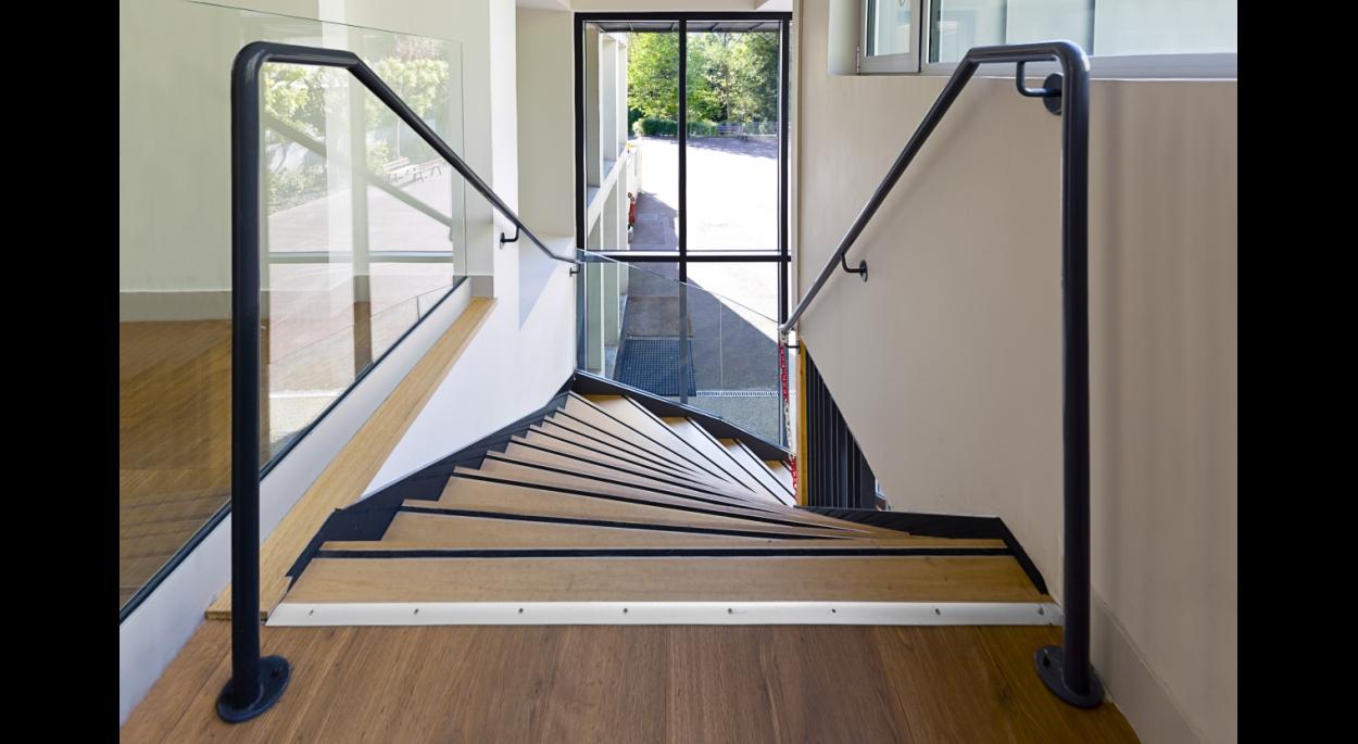 Création de l'escalier d'accès à la cafétéria / Crédits photos : Alessia Loi