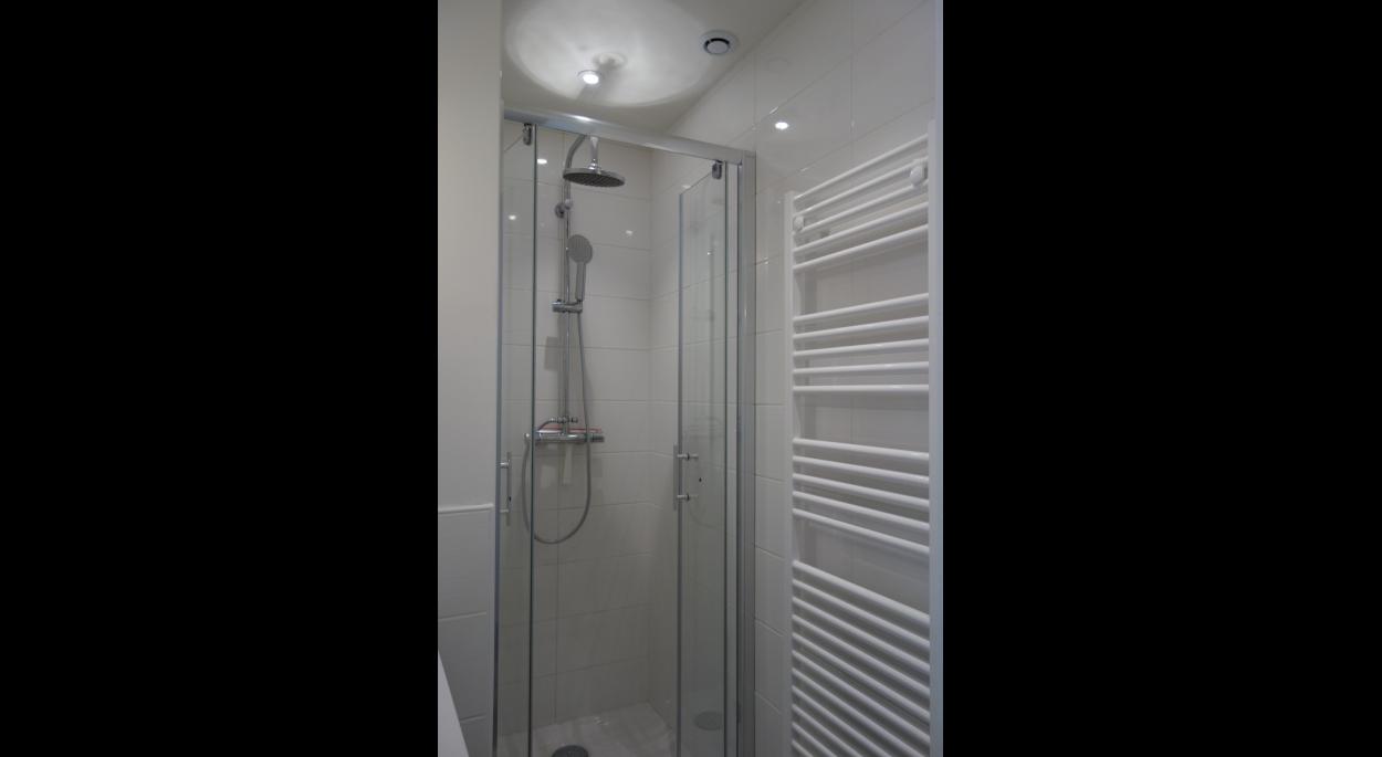 Petite salle d'eau optimisée