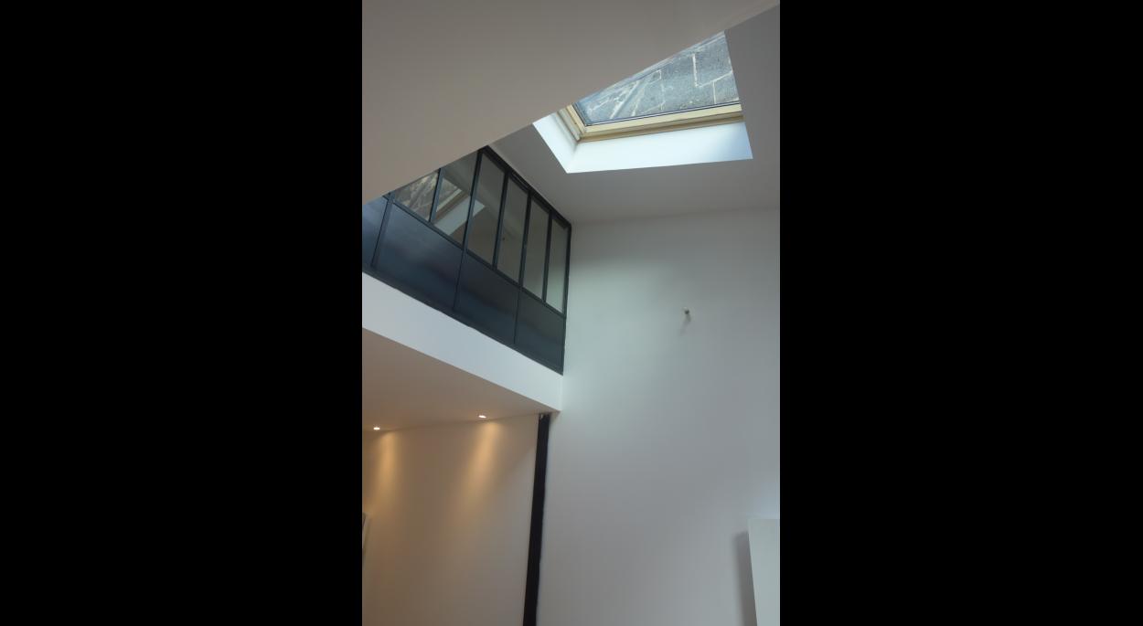 Double hauteur dans le séjour avec puits de lumière