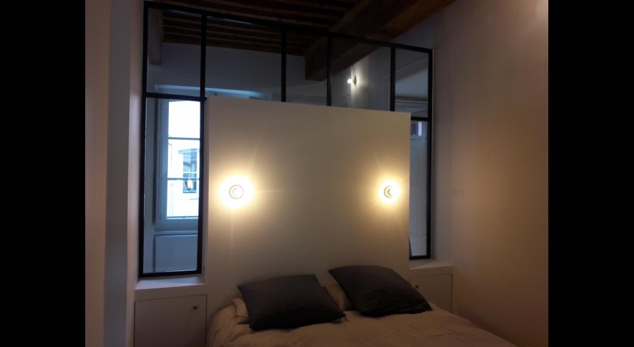 Une verrière entre chambre et bureau qui préserve l'intimité et laisse passer la lumière