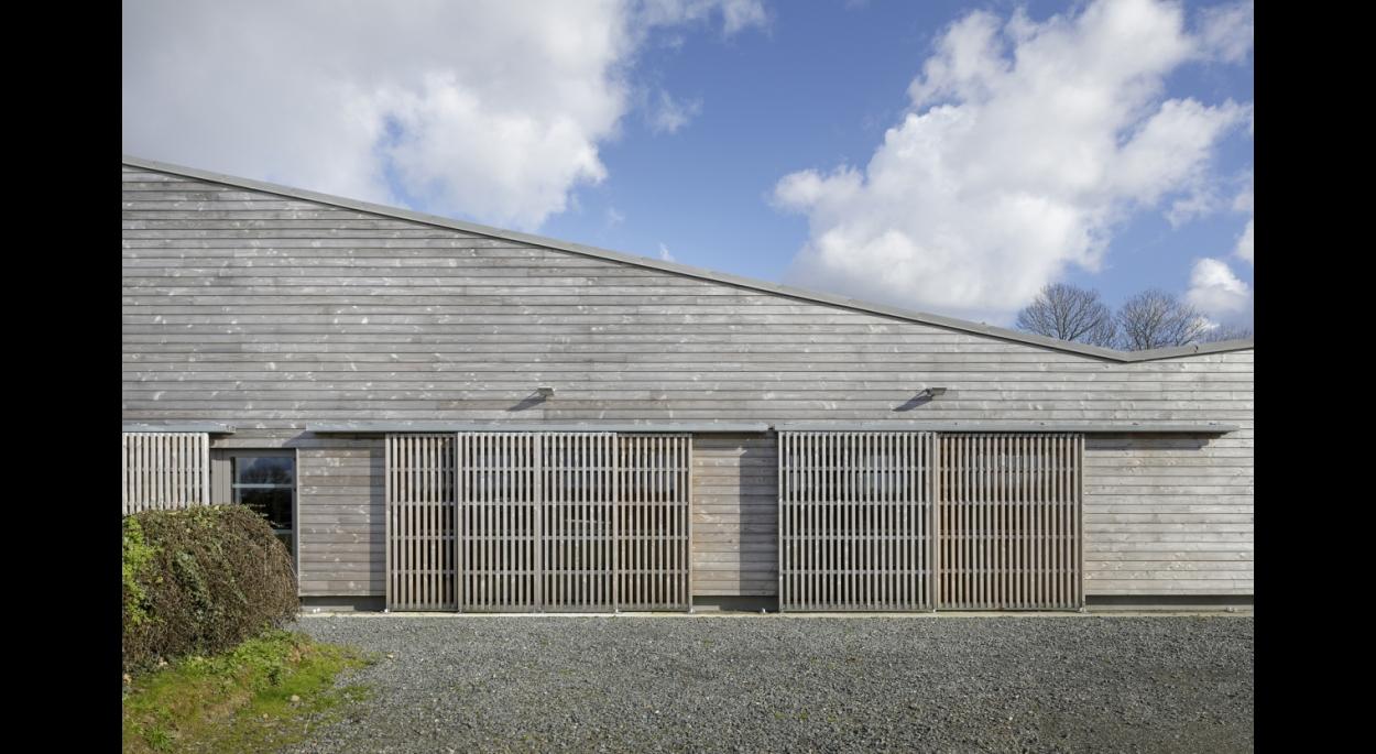 Salle communale de PLEGUIEN, entrée façade Ouest, photographie Frédéric BARON