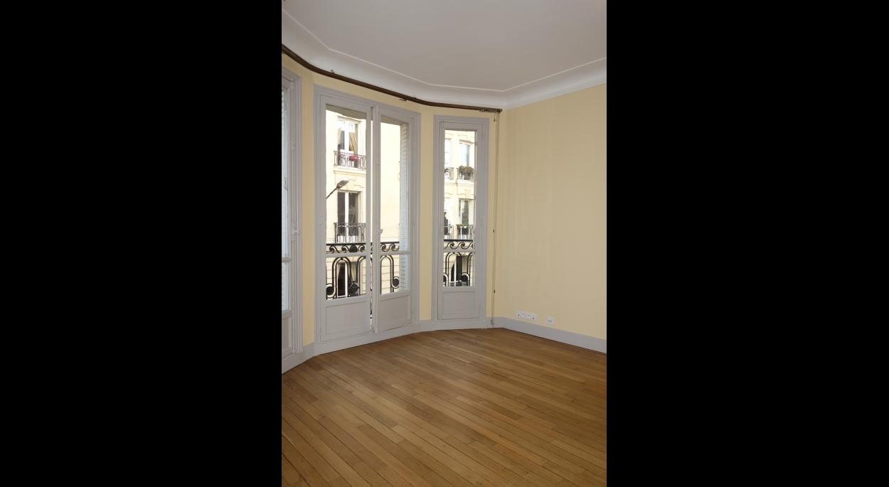 Salon avec mise en valeur des moulures et du bow-windows