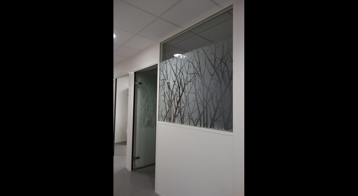 Des cloisons vitrées laissant entrer la lumière naturelle
