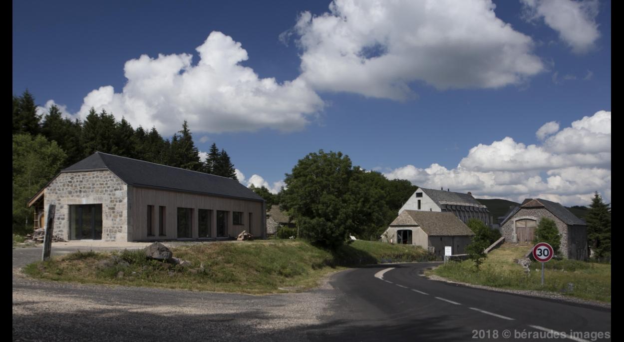Vue de la façade ouest avec son pignon de granit et de basalte