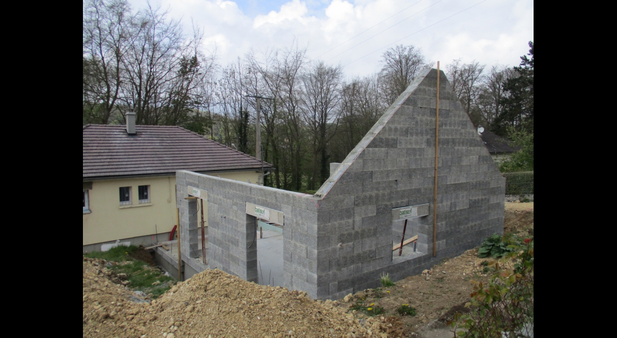 Projet Soyer à Longueville-sur-Scie (76).  Élévation des Murs Ossature bois et Thermibloc (Blocs de béton de bois)