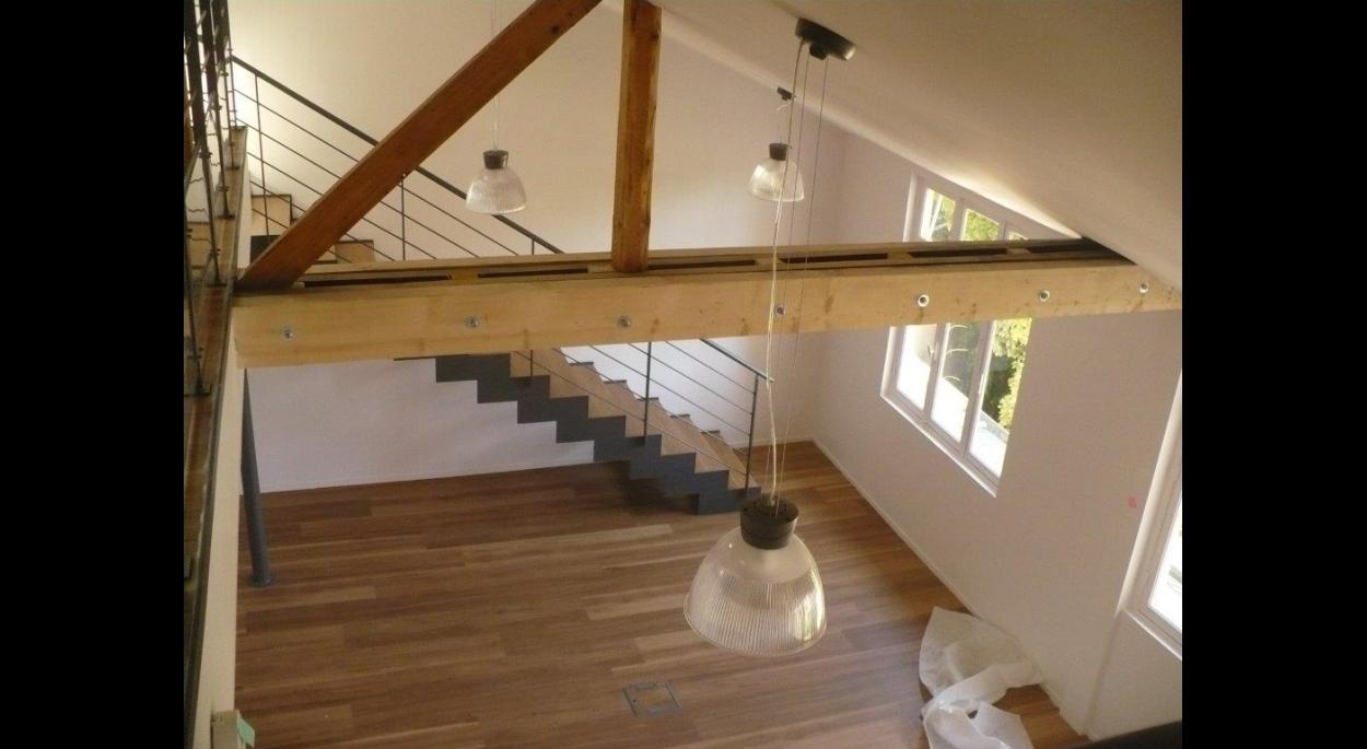 Transformation des combles en mezzanine avec escalier d'accès