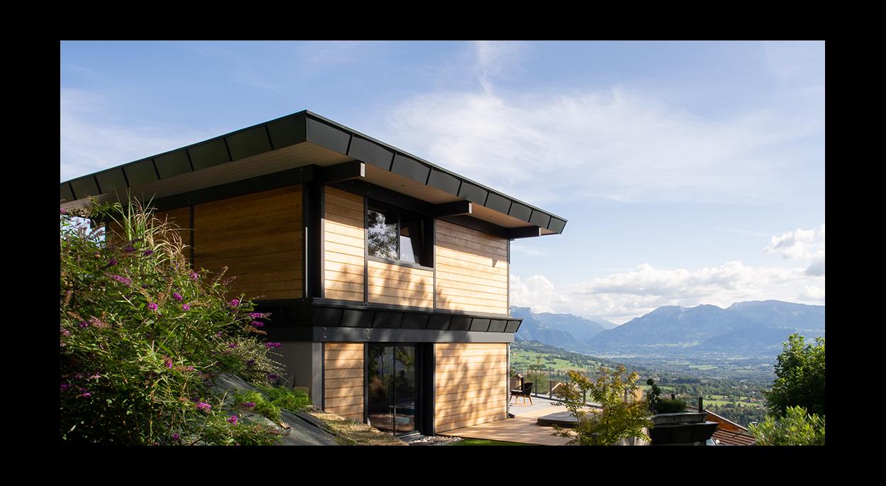 Maison bois bioclimatique Bonnes-sur-Menoge _ Façade Ouest, vue sur les massifs du Bargy et des Aravis