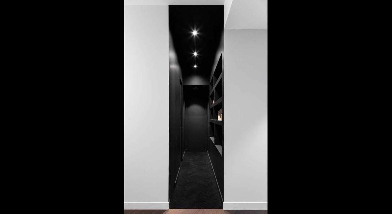 Couloir noir séparant les pièces privées des espaces de vie