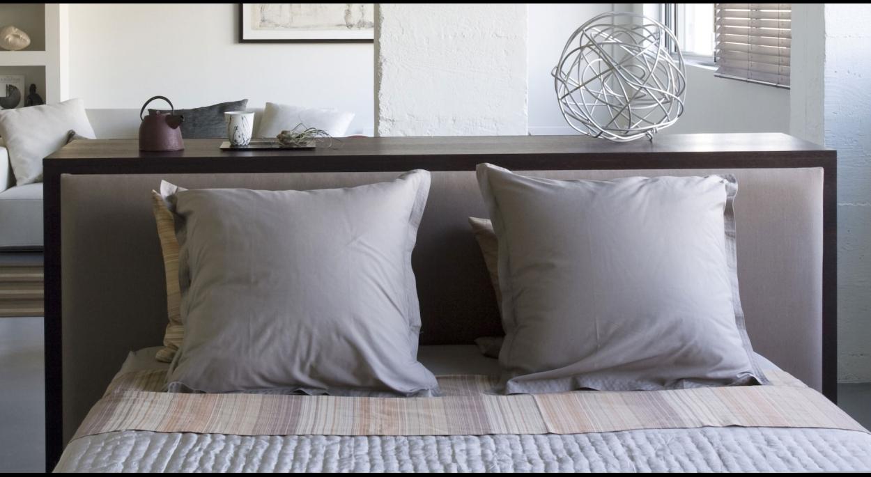 Côté chambre. Alain Potignon photographe. Meuble de séparation séjour-chambre / ARCHI-V.O