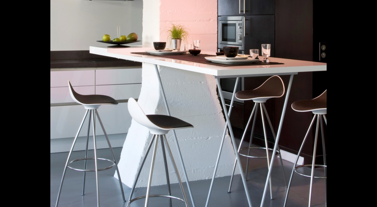 Table haute laquée blanche repliable. Alain Potignon photographe. Loft 19 / ARCHI-V.O