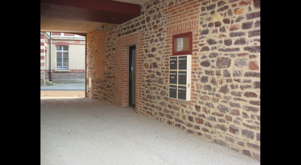 Le porche. Entrée PMR de boutique et boites aux lettres