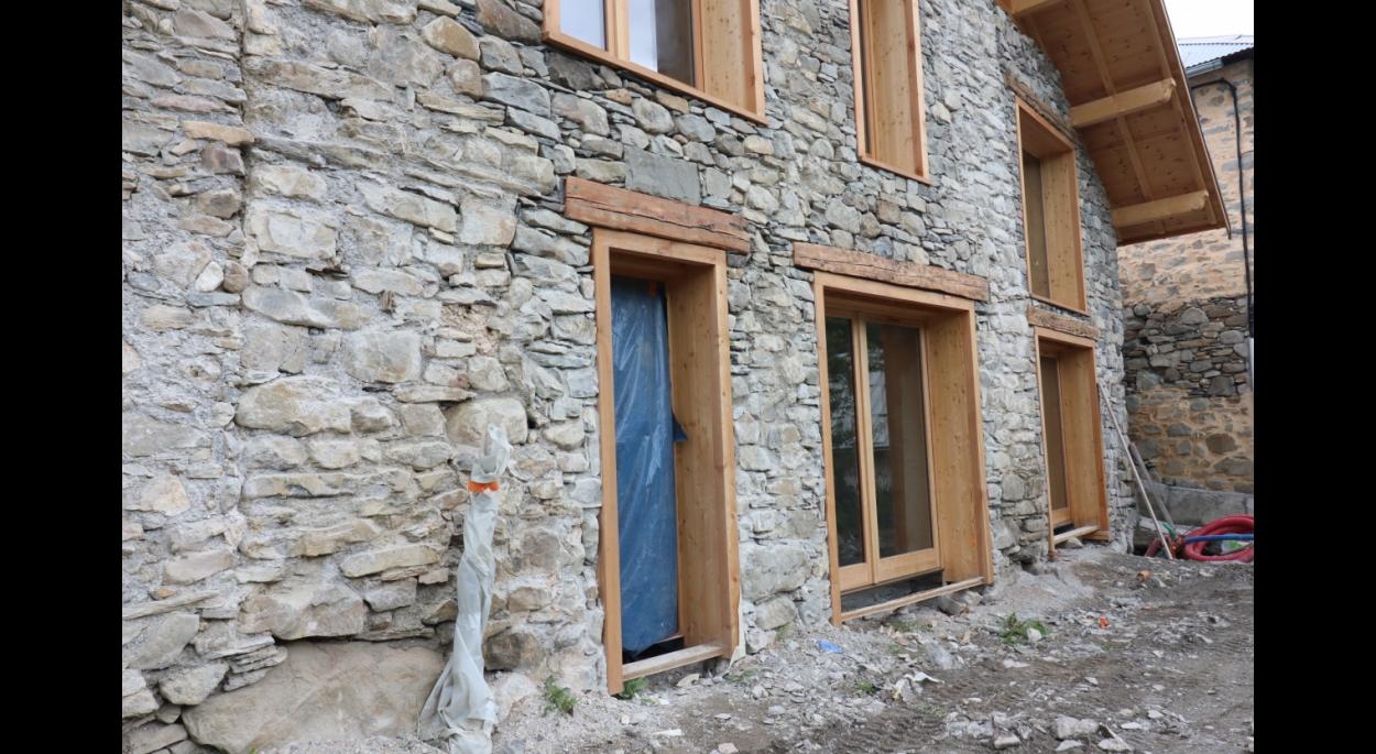 Matériaux locaux : pierres de pays et mélèze