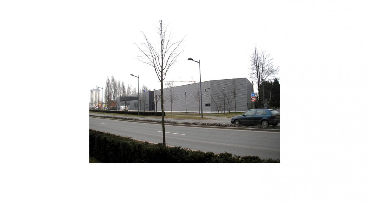 Miroiterie, atelier d'aluminium, showroom et bureaux - Vue éloignée depuis le quai de Gand
