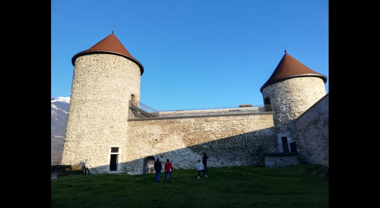 Tours et courtines médiévales restaurées