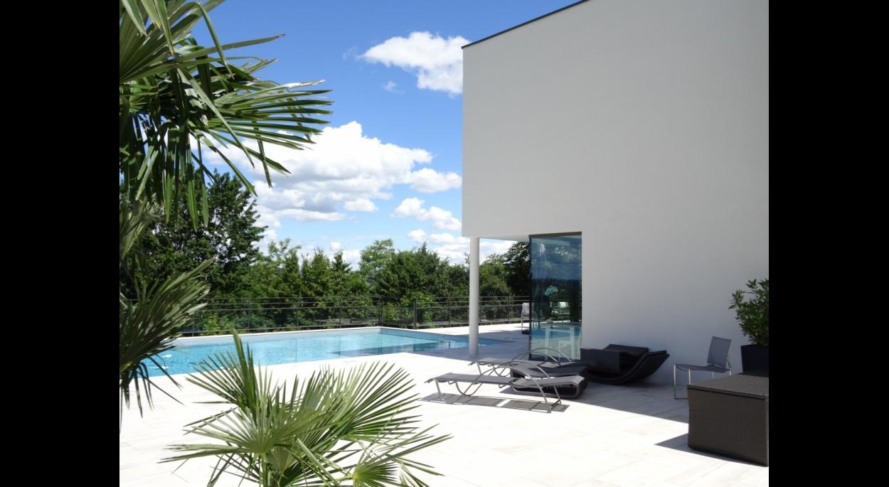 Piscine et maison contemporaine