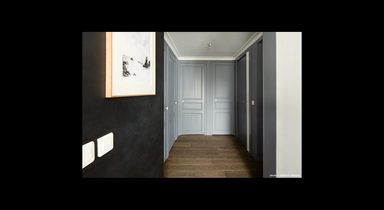 Entrée et couloir, répartition des chambres, contrastes noir et gris, mur d'accent, sol en parquet, portes