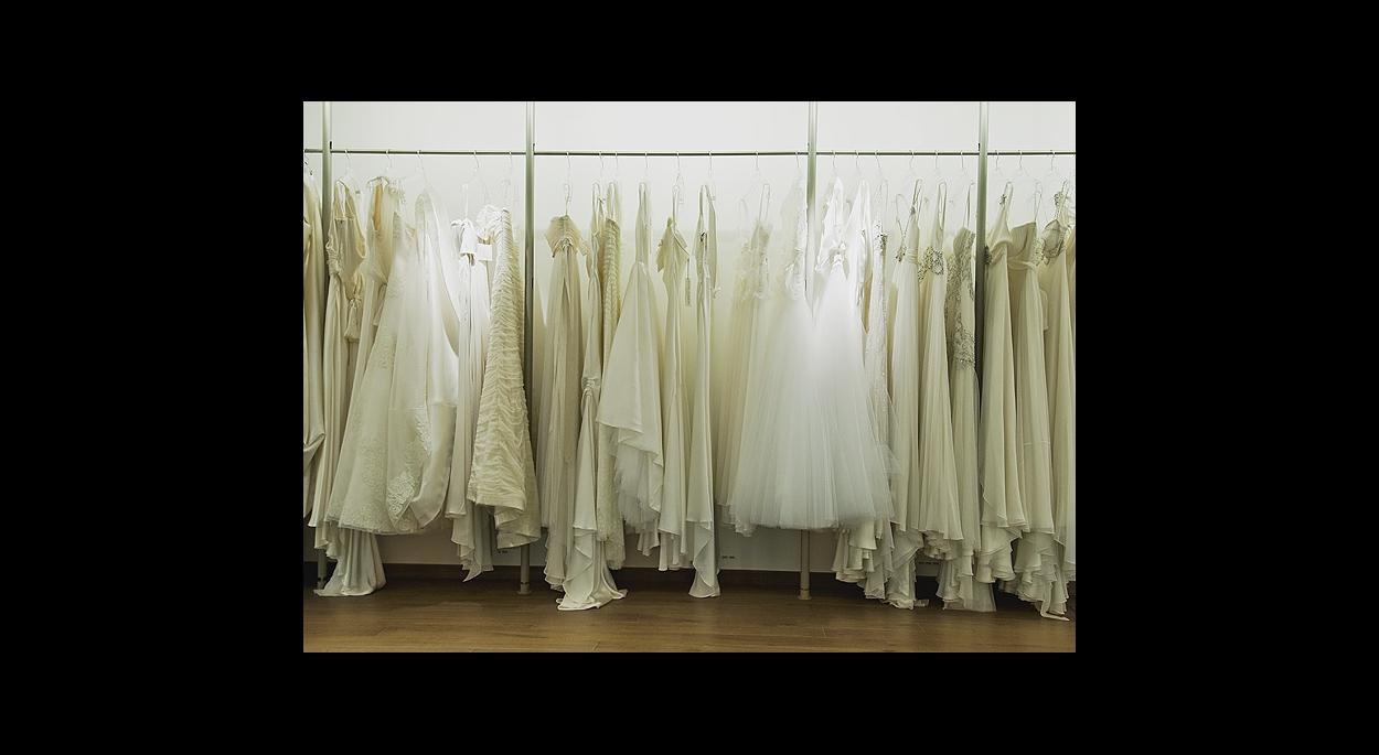 linéaire de portants pour les créations de robes