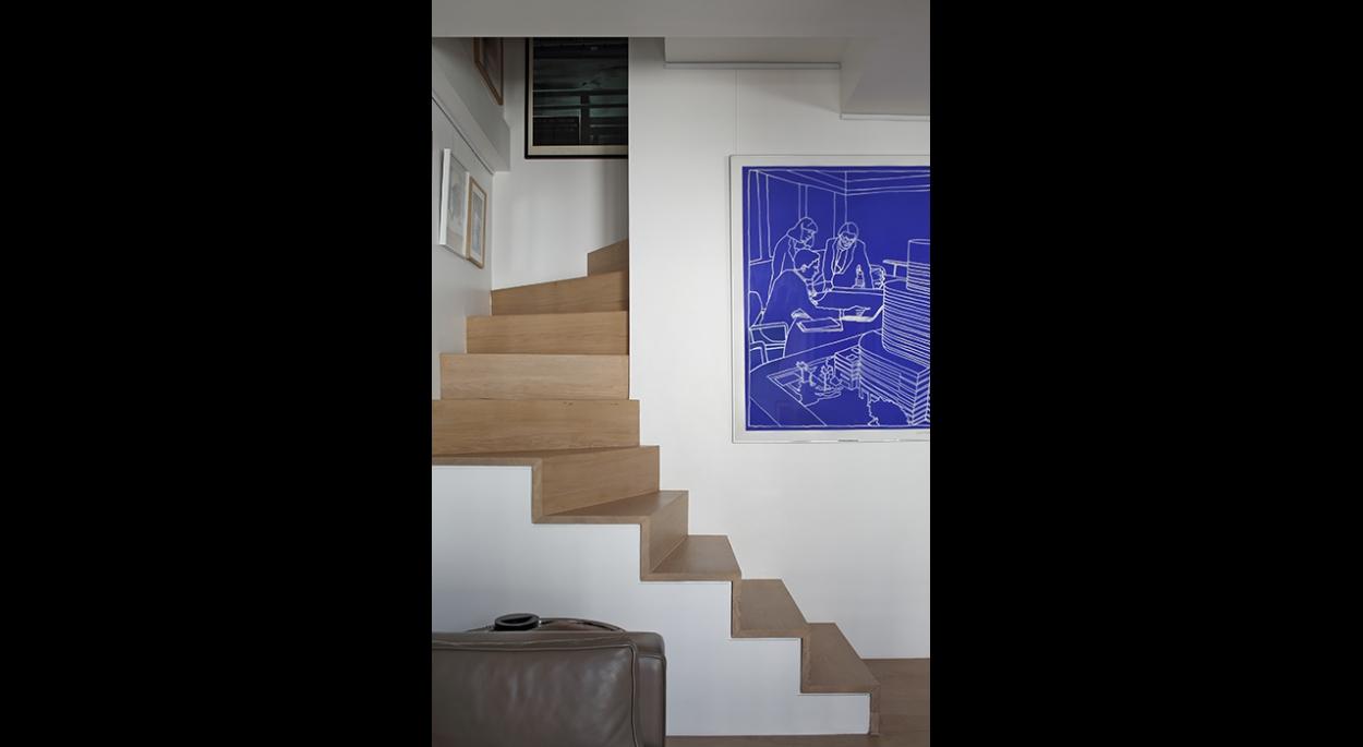 Escalier vu du salon, marche et contre-marches en bois, verticalité, minimaliste contemporain, tableau