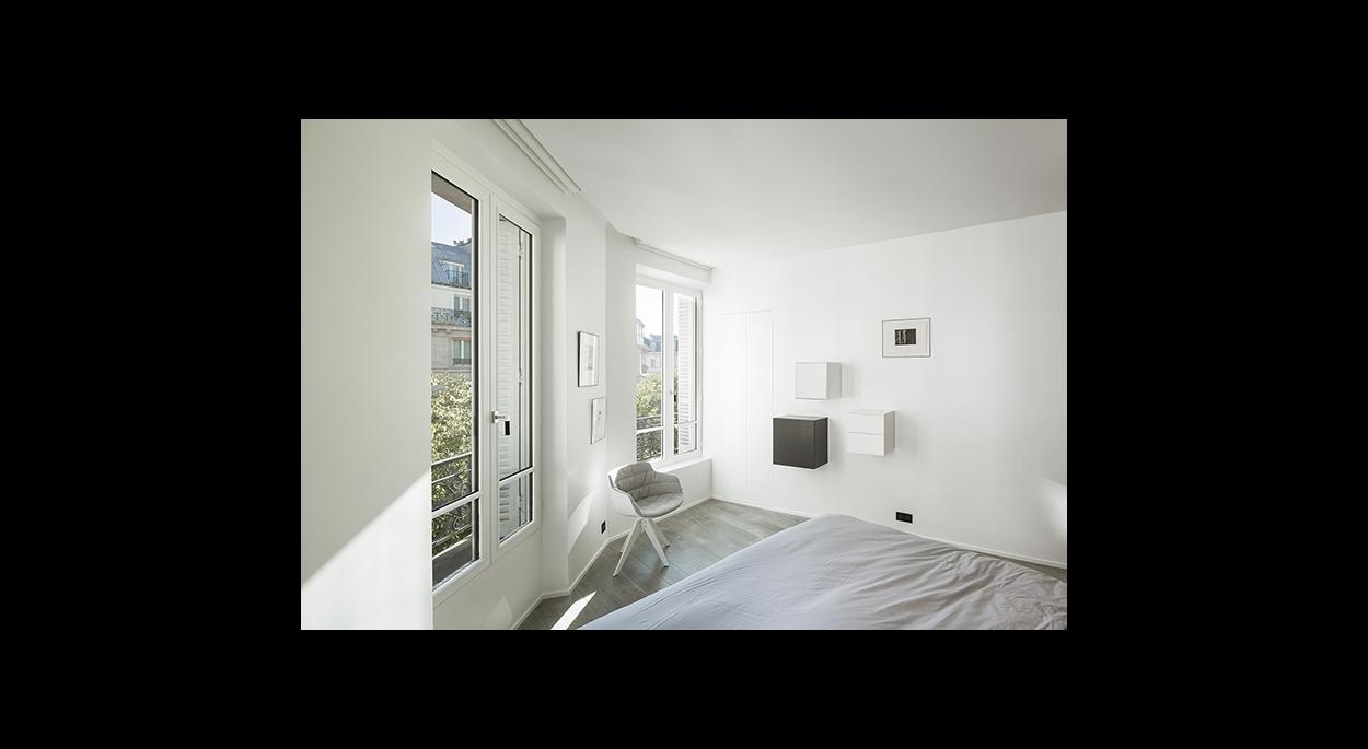 Chambre, luminosité, ouverture sur l'extérieur, blanc, minimaliste, contemporain, rangements muraux, lit,dressing,