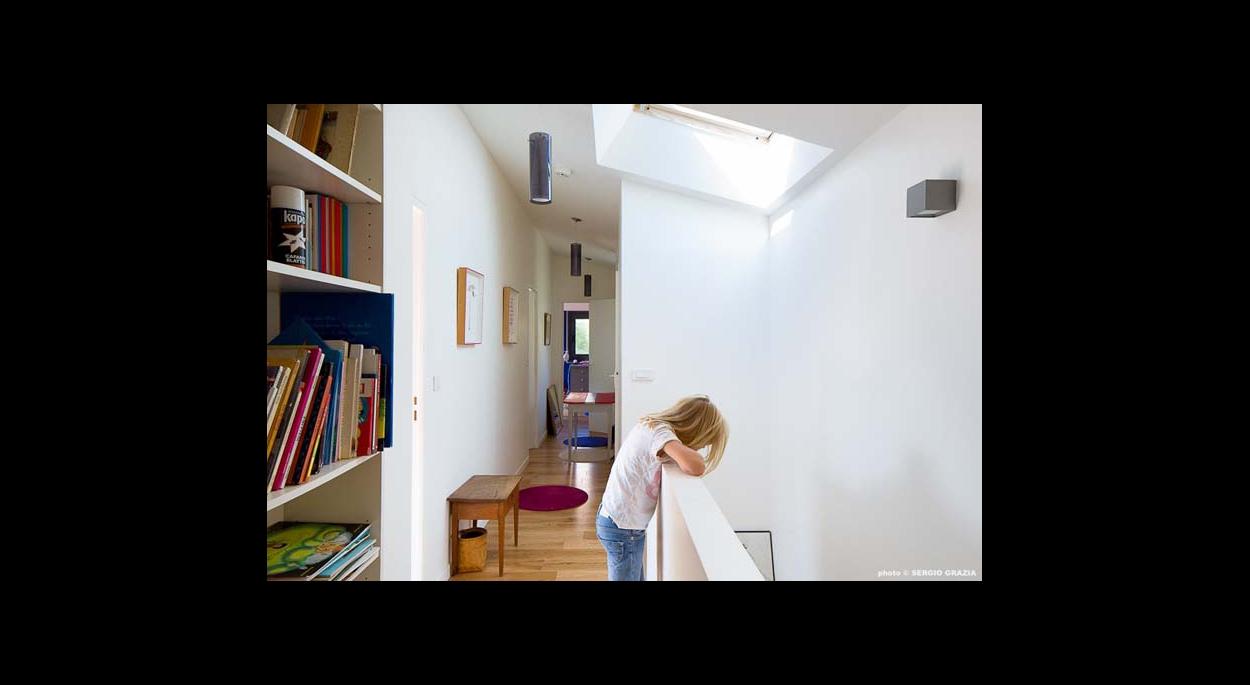 Couloir reliant, les chambres et salle de bain, rangements, garde corp, puit de lumière, fenètre de toit, suspension, appliques, contemporain