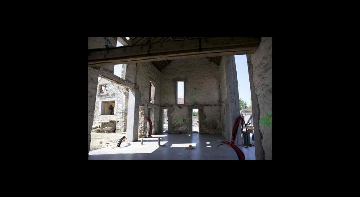 la grange pendant les travaux : les reprises de structure et les ouvertures sont faites